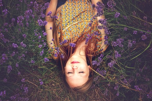 girl_asleep_flowers_lavender_bright_alone_happy_thinking_meditating_grass_muymuyfeliz